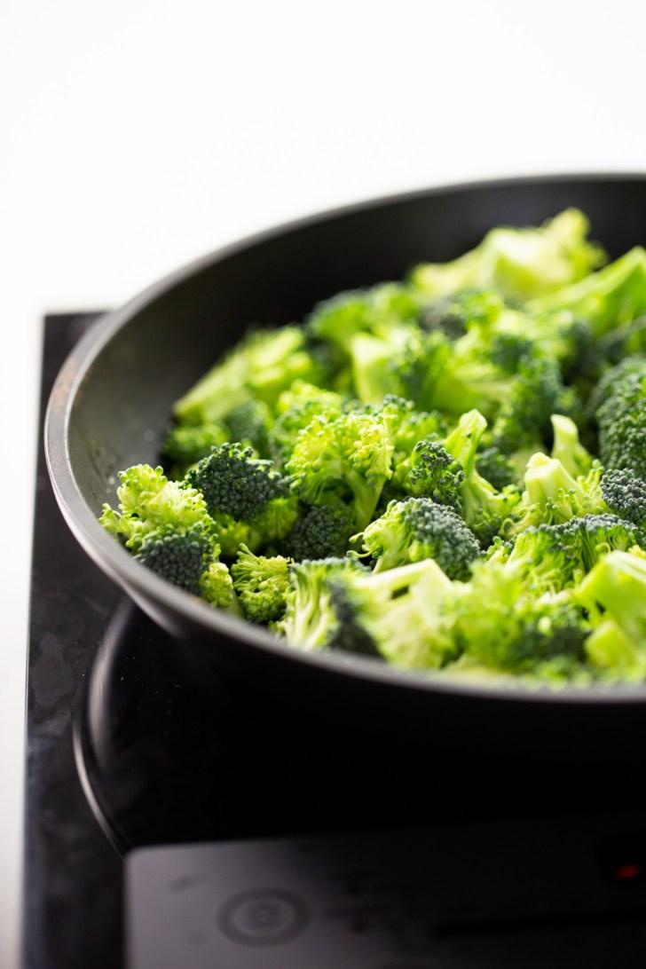 brocoli en un sarten