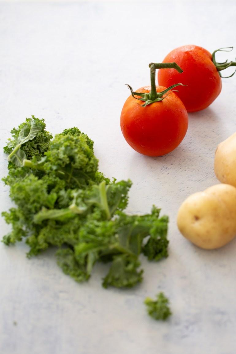 Ingredientes para hacer guisado de kale y papa