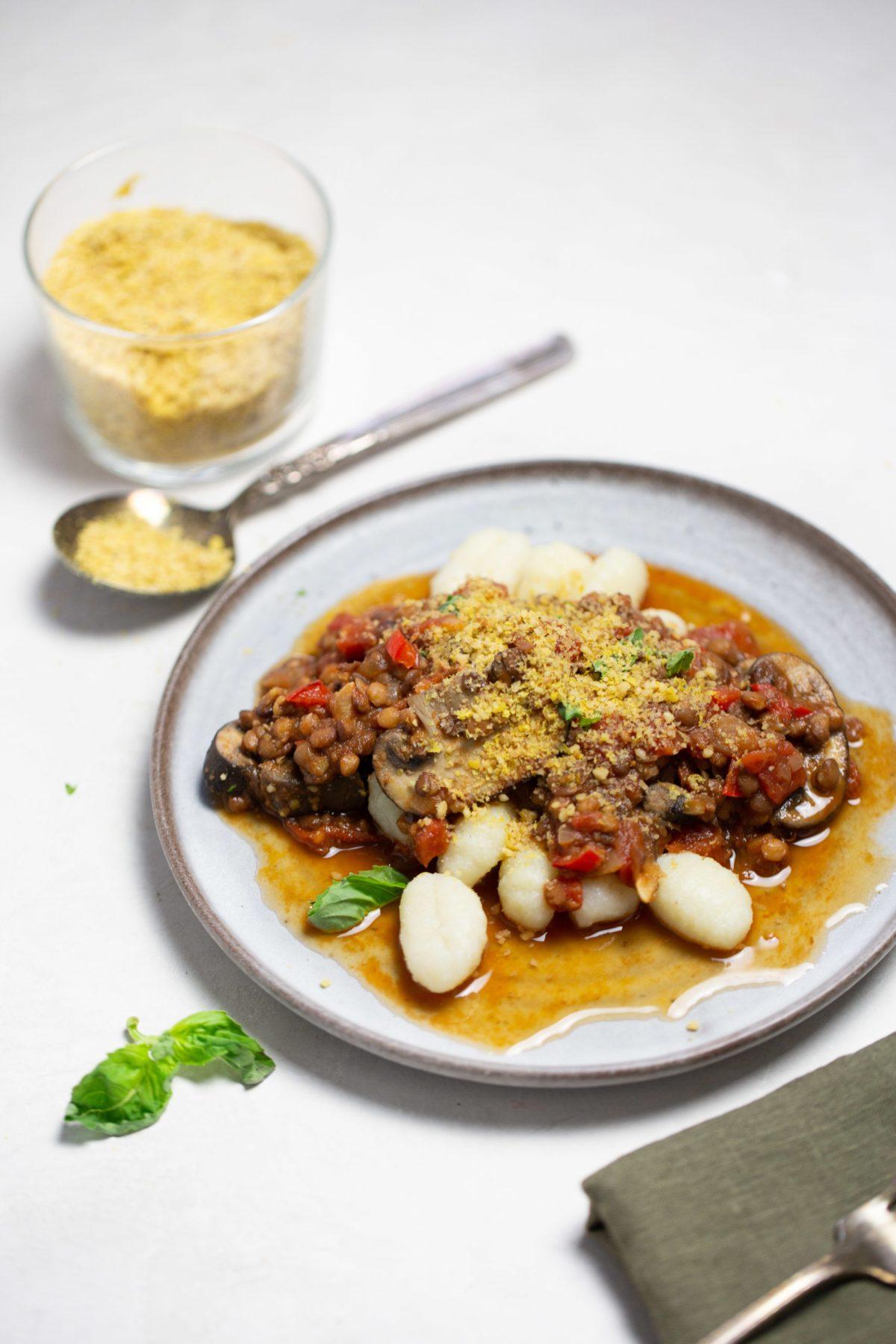 plato con gnocchis y ragu vegano