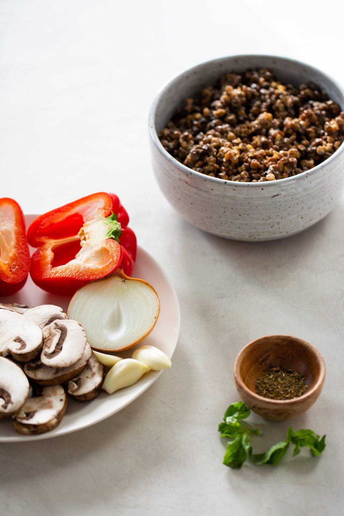 un plato con lentejas, pimiento, champiñón y cebolla