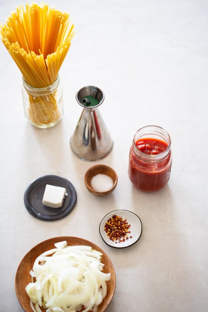 Ingredientes para hacer pasta con tomate en una sola olla.