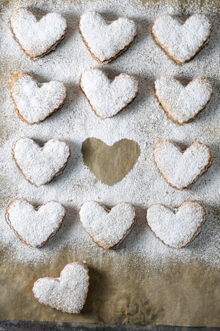 galletas de corazón con azúcar glass espolvoreada