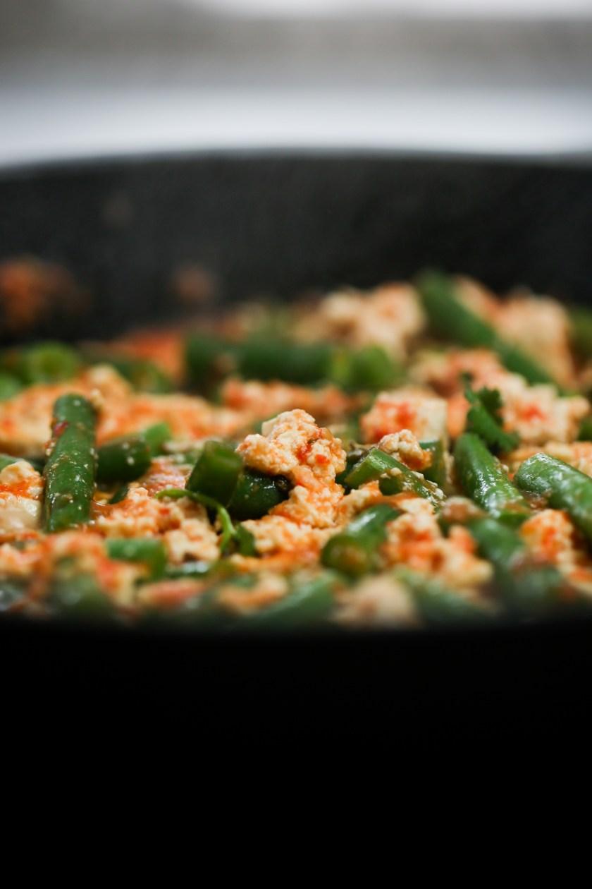 ejotes, tofu y salsa roja