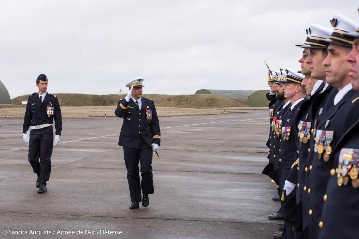 Les autorités :le commandant de la base et le commandant d'escadron