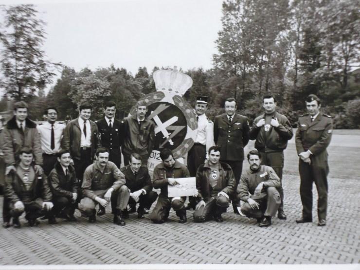 Echange escadron avec les Hollandais . On peut voir l'insigne d'escadrille sur le sous vêtement de Fayolle, Le Moine et le commandant d'escadron Albert-Lebrun