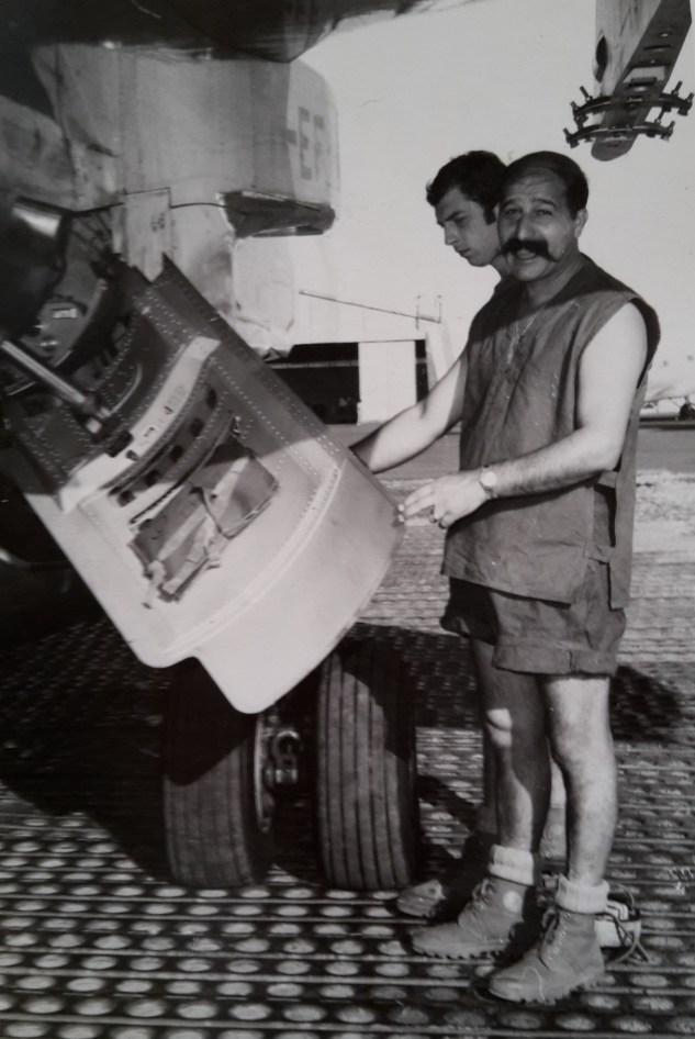 On a confié la livraison de la paie à un élément de valeur Lolo, le chef de piste aidé par Herry le pétaf