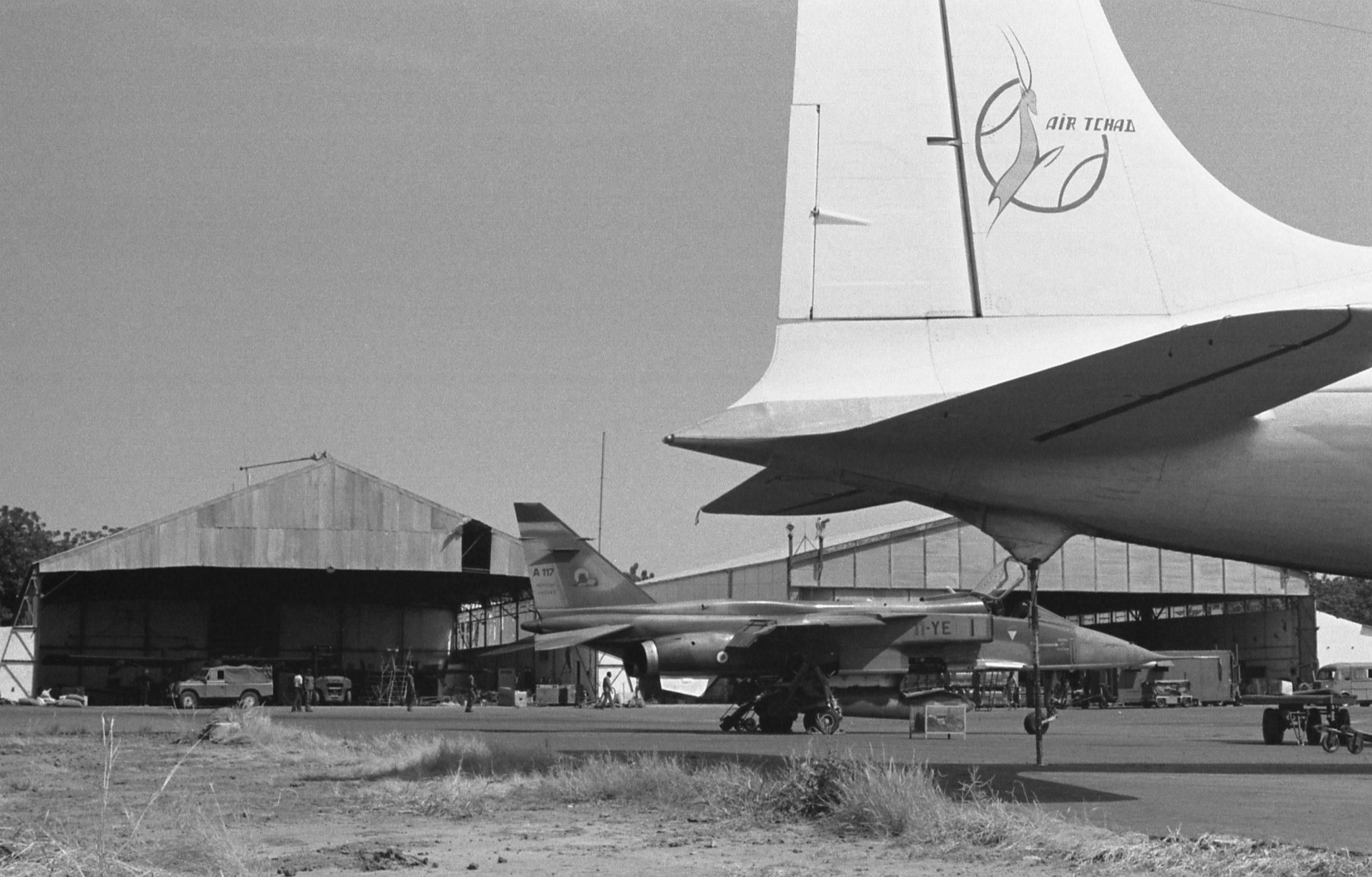 Manta A117 à coté du DC4 d'AIR TCHAD
