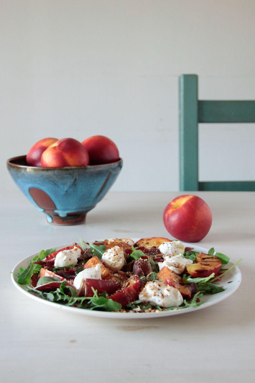 Ensalada veraniega de nectarinas, rúcula, cecina y burrata   Pimienta y Purpurina
