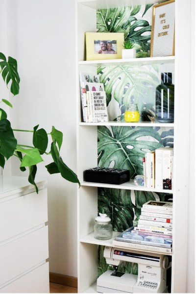 Ikea Hack: Bücherregal mit Urban Jungle Tapete als Upcycling Projekt