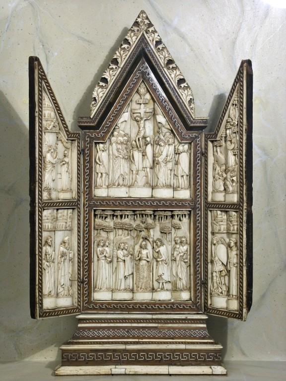 Art of the Embriachi, Annunciation, Crucifixion, Agony in the Garden, and Saints. In the doors, two angels praying