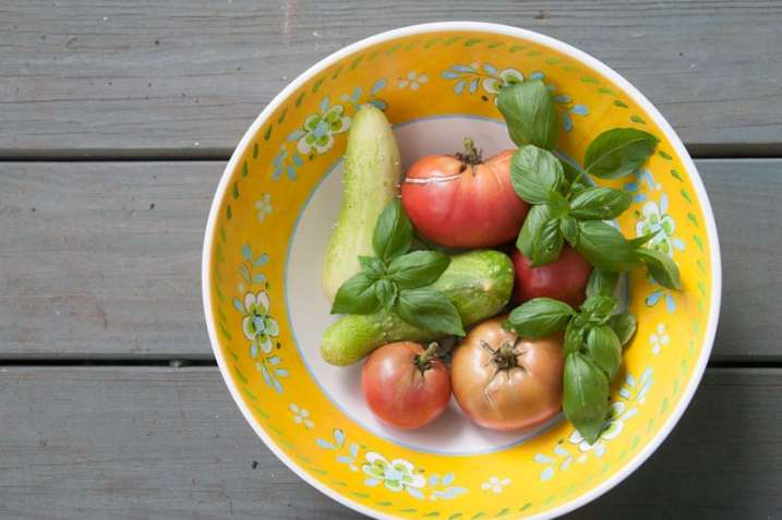 This tangy cucumber tomato salad is packed with flavor and freshness! Kalamata olives, feta cheese, and red onions add interest without stealing the show from the crisp cucumber and juicy tomatoes.   www.pinchmeimeating.com