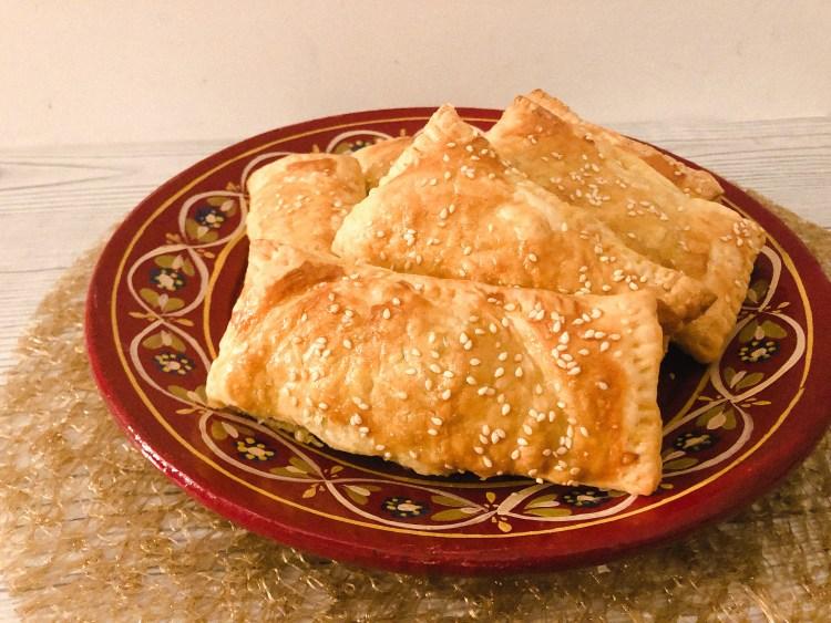 Gevulde bladerdeeghapjes recept met groenten en gehakt. Bladerdeeg broodjes maken-1