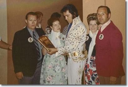 """In quest'altra foto del 1973, Elvis è circondato dai fans del """"Kings Court"""" N.Y.C fan club che indossano la stessa pin che Bruce presenta sulla copertina dell'album """"BTR""""."""