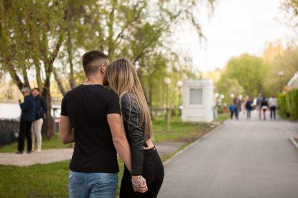 A happy couple in the park (DC_Studio)
