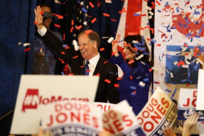 BIRMINGHAM, AL - 12 DE DICIEMBRE: El senador demócrata electo Doug Jones (l) y su esposa Louise Jones (R) saludan a los partidarios durante su noche de la elección que recolecta el hotel Sheraton el 12 de diciembre de 2017 en Birmingham, Alabama. Doug Jones derrotó a su rival republicano Roy Moore para reclamar el puesto en el Senado de Alabama que fue dejado vacante por el fiscal general Jeff Sessions. (Foto por Justin Sullivan / Getty Images)