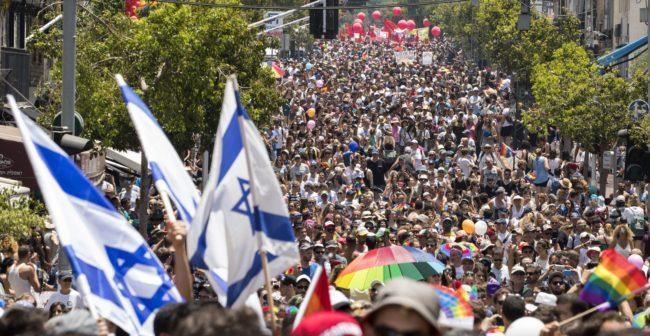 Los participantes participan en el desfile anual del Orgullo Gay en la ciudad israelí de Tel Aviv / AFP PHOTO / JACK GUEZ (El crédito de la foto debe ser JACK GUEZ / AFP / Getty Images)