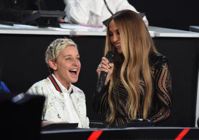 """LOS ÁNGELES, CA - 14 de octubre: en esta foto de la mano proporcionada por One Voice: Somos Live !, Ellen DeGeneres y la cantante Jennifer Lopez hablan en el escenario durante """"One Voice: Somos Live! Un concierto para el alivio de desastres"""" en el lote de Universal Studios en octubre 14, 2017 en Los Angeles, California.  (Foto de Kevin Winter / One Voice: Somos Live! / Getty Images)"""