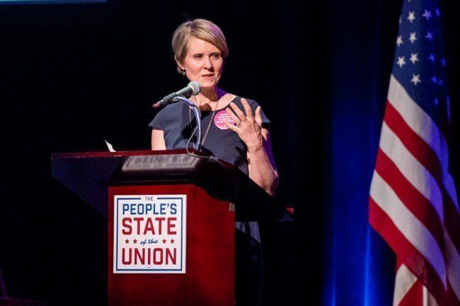 NUEVA YORK, NY - 29 de enero: Cynthia Nixon habla en el escenario durante el estado de la Unión Popular en el Ayuntamiento el 29 de enero de 2018 en la ciudad de Nueva York.  (Foto de Roy Rochlin / Getty Images)