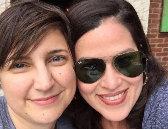 Una foto de la pareja de lesbianas de Illinois Casey Handal y Zadette Rosado
