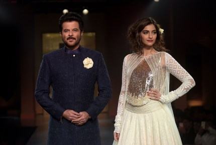 Photo of Sonam Kapoor and Anil Kapoor.