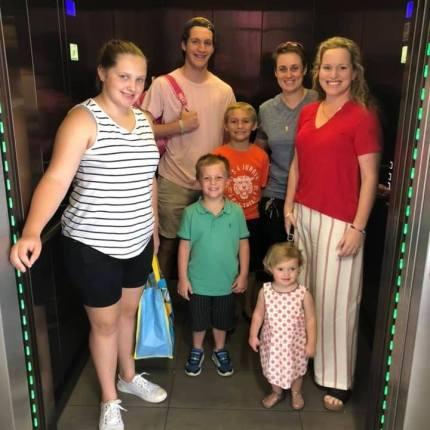 Shannon Ashton y Lisa Quinn con sus hijos, nacidos del mismo donante de esperma