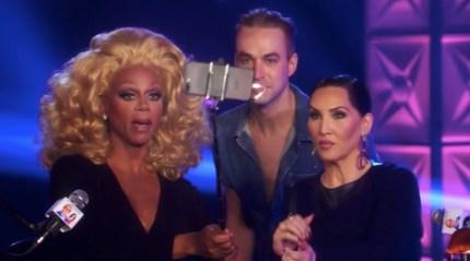 RuPaul, Michelle Visage et Brooke Lynn Heights prennent un selfie.
