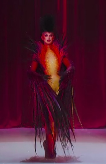 Aquaria hands her crown to Yvie Oddly.