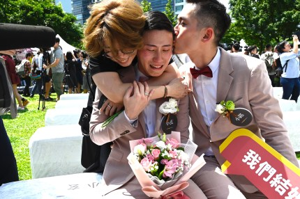 one-of-the-first-gay-couples-to-marry-taiwan.jpg?resize=430%2C286&ssl=1