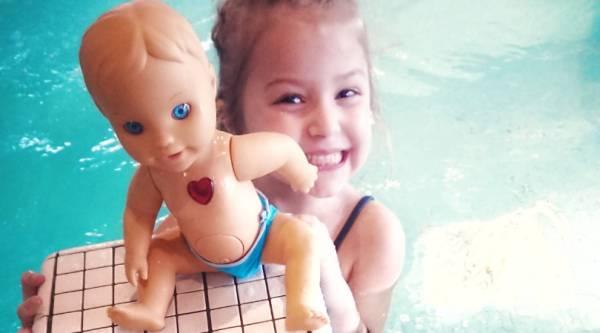 Gezellig in bad met Bobby het vrolijke poppenmannetje uit de Little Love collectie!