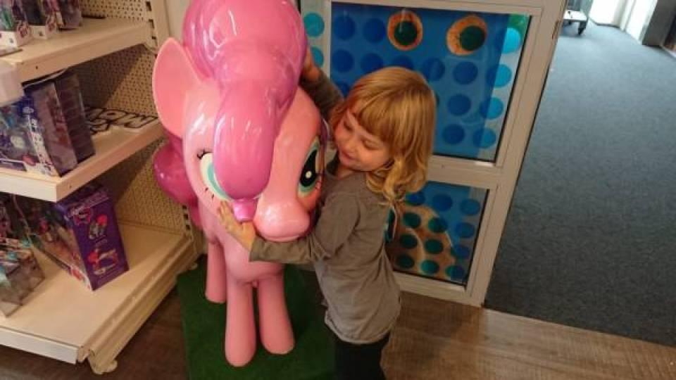 DSC 0006 - Wij mochten een kijkje nemen in de opslagplaats van Hasbro en Sinterklaas!
