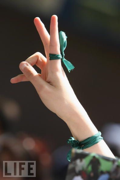 Un nastro verde per solidarizzare con i giovani iraniani e per protestare contro ogni tentativo di comprimere le libertà in rete in Italia