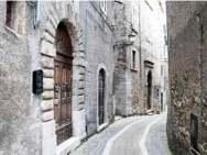 Un vicolo del centro storico di Acuto, Frosinone.