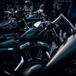una serie di moto Harley parcheggiate lungo il marciapiede