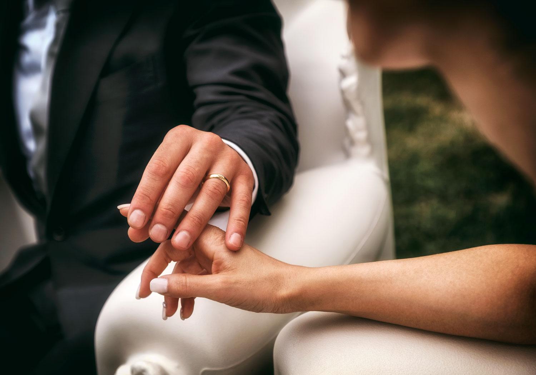 due sposi si sfiorano la mano
