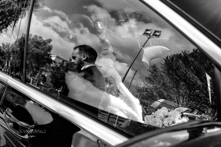 una sposa ride in auto durante il wedding