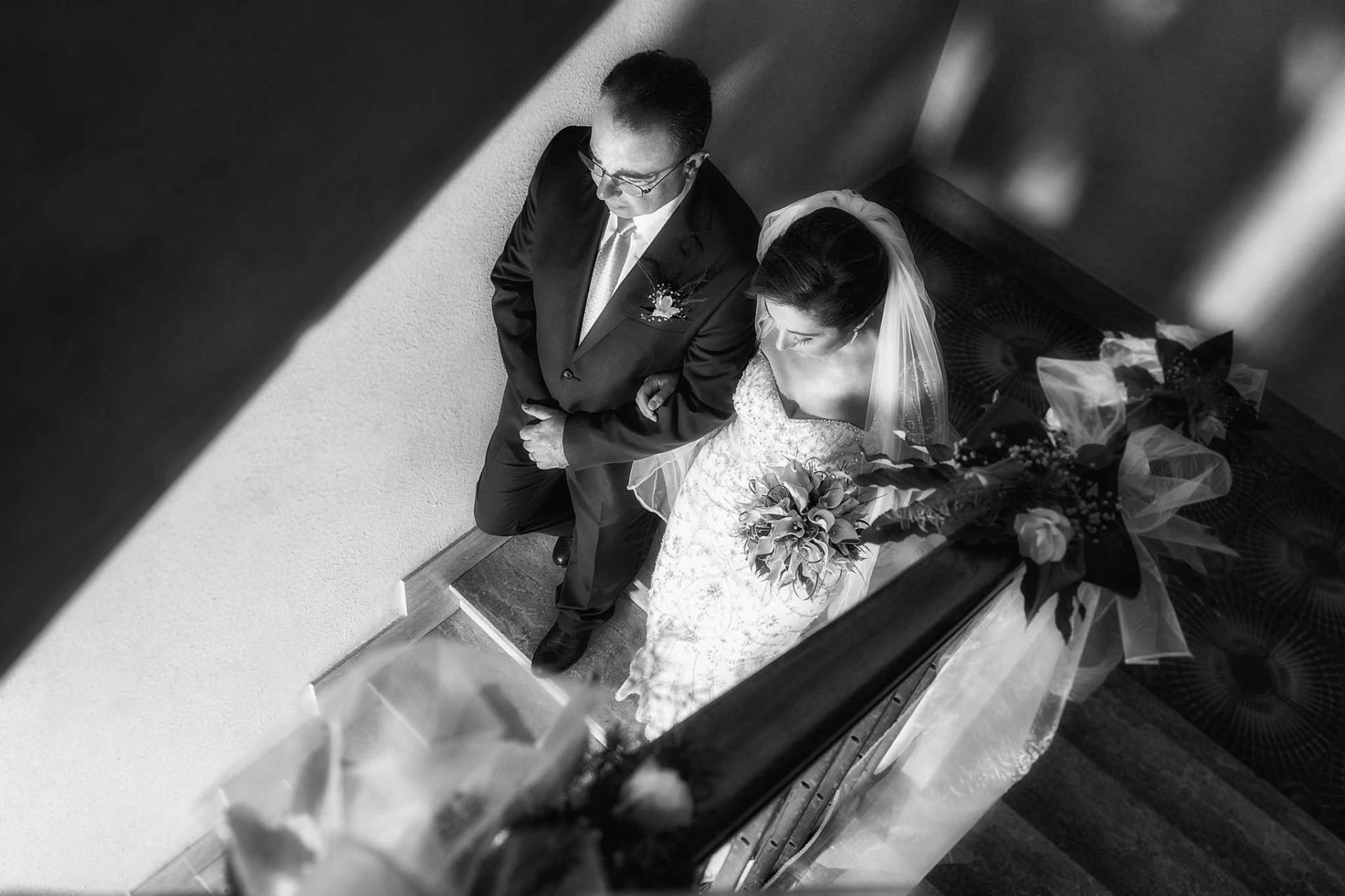 una sposa scende le scale di casa durante l wedding