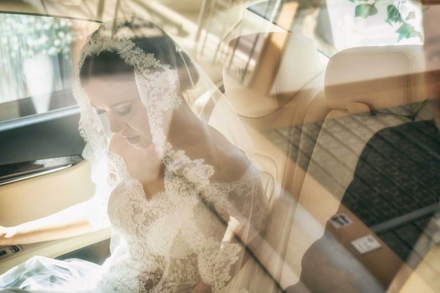 una sposa è seduta in auto durante il wedding