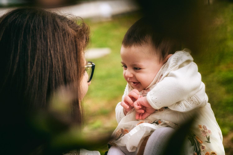 una mamma tiene la sua bambina in braccio