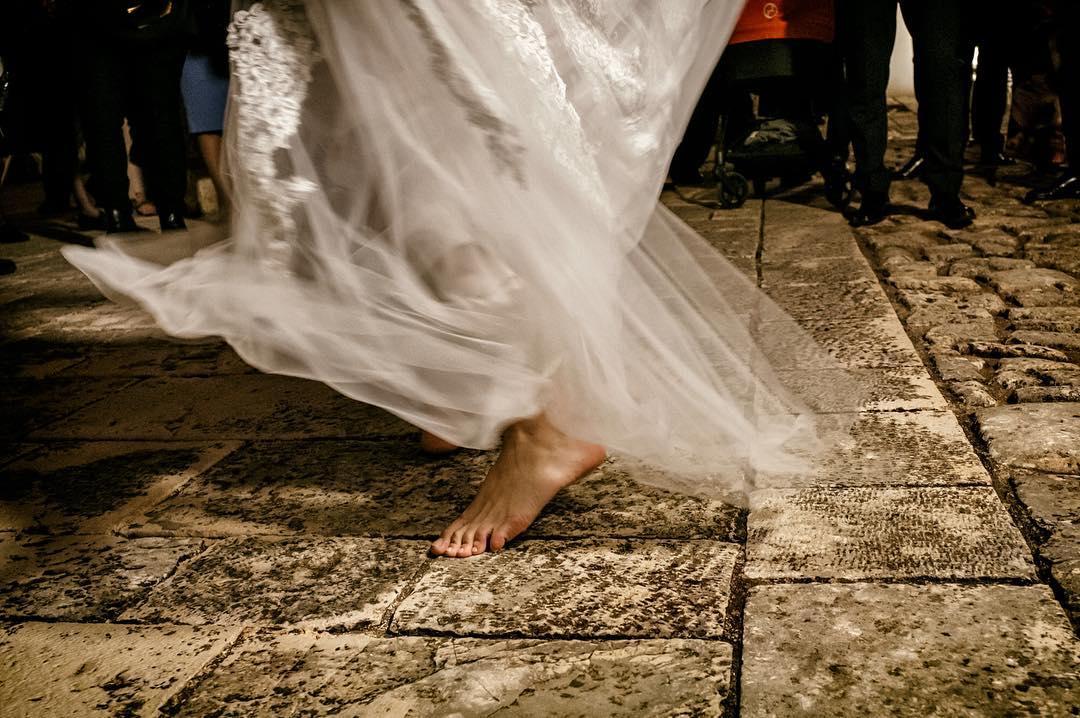 sposa che danza a piedi nudi