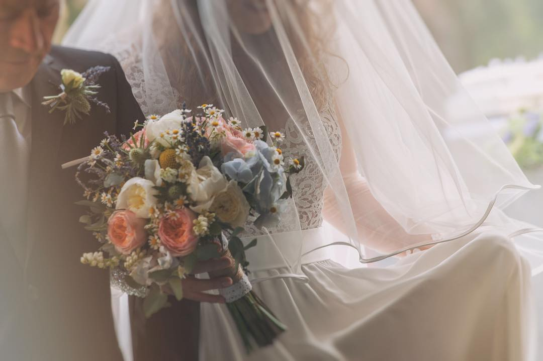 la sposa che entra in chiesa col papà