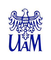 Zdjęcie do nagłówka: Godło Uniwersytetu imienia Adama Mickiewicza – u góry niebieski orzeł poniżej litery UAM
