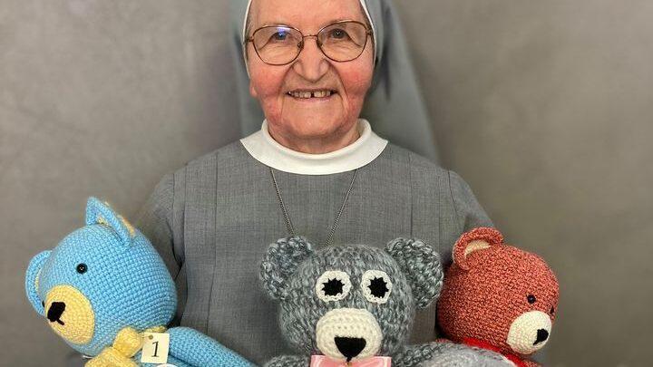 Siostra Cecylia Śmiech trzymająca uszyte misie