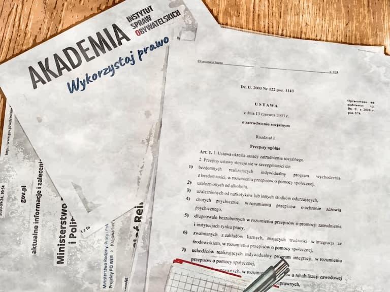 Zdjęcie, porozrzucane kartki z wydrukami ustaw
