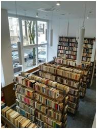 Na zdjęciu wnętrze Biblioteki Raczyńskich - kilka regałów zapełnionych książkami