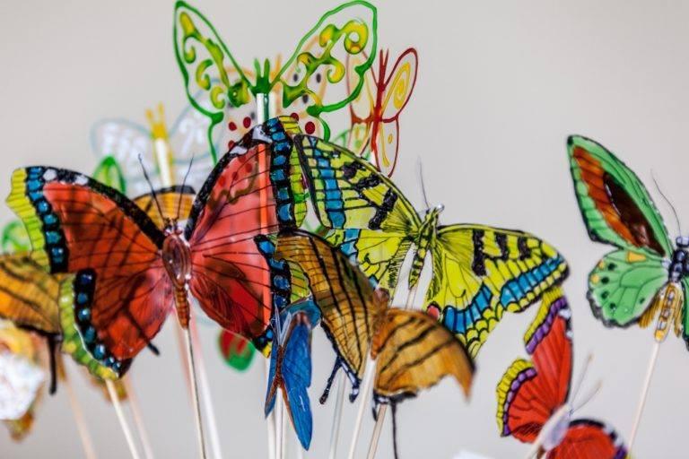 Plastikowe motyle na drewnianych patykach, rozdawane co roku z okazaji Dnia Motyla na poznańskim Placu Wolności