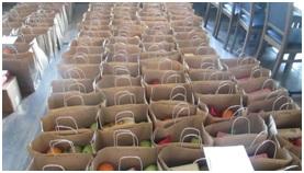 Na zdjęciu Wielkanocne paczki żywnościowe