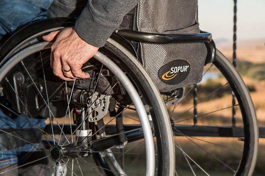 Zdjęcie, wózek inwalidzki z ręką