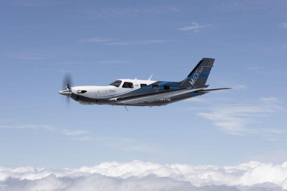 Avión Piper M600 / SLS volando sobre las nubes
