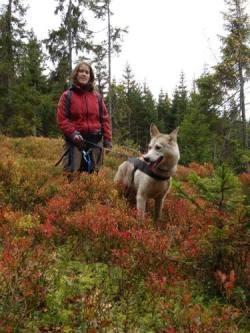 Tone og Coco i skogen
