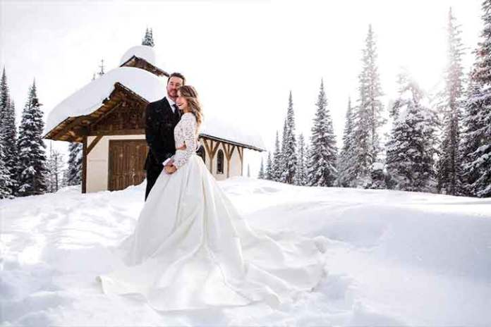 just-married-christmas-wedding-snow-Unexpected-photos-in-unexpected-places